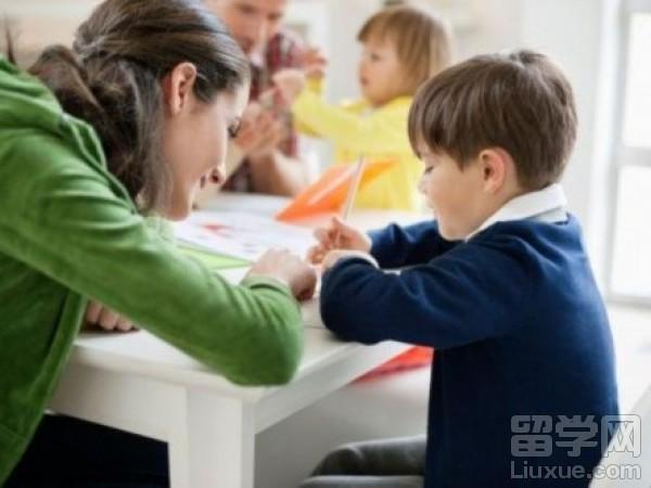 """怎样为加拿大低龄留学生选择""""父母"""""""